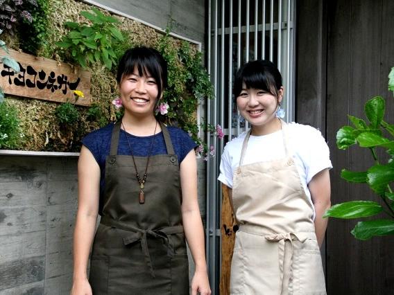 画像: 地元出身の馬場貴海賀さん(左)は、熊本大学を卒業後に社会人を経て、アジアやヨーロッパを周遊したり、原付で日本一周したそう。