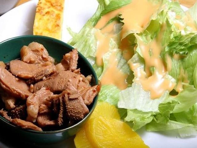 画像: もつ煮も添えられています。居酒屋さんの片りんを感じます。野菜も活き活き。北海道って感じです。