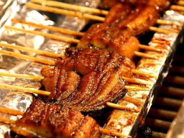 画像: なんと、うなぎの蒲焼も食べ放題です。料理人さんが直接、焼いています!