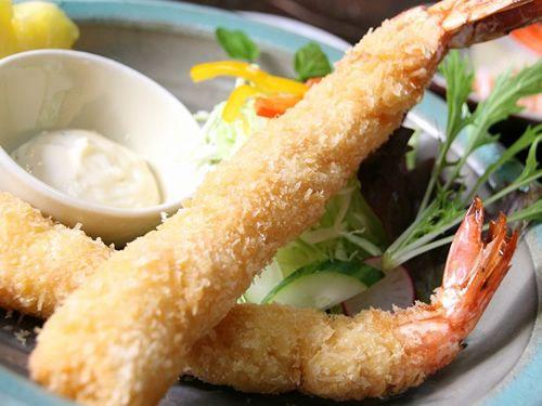 画像: 大きな海老フライも2本ついていて、食べごたえがありますね。