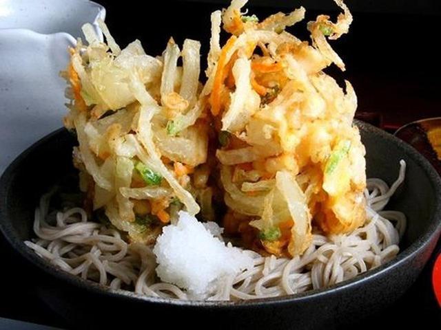 画像: 地蕎麦と海鮮丼、海鮮炭火焼きなどが味わえますが、まずはイチオシの「知床産つぶのかき揚冷やしかけそば」。