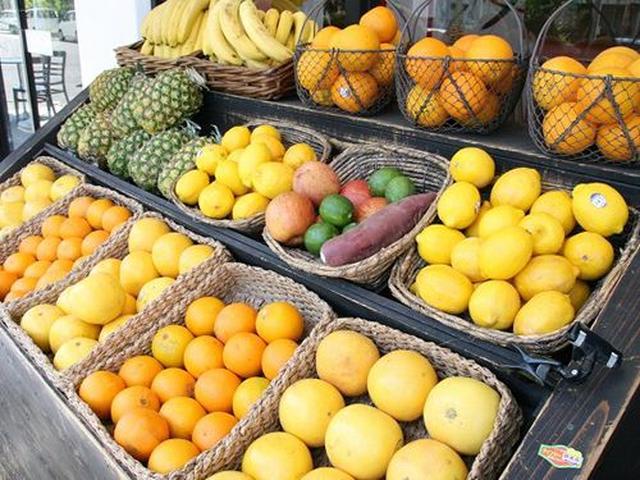 画像: 店舗の前には、たくさんの果物が!新鮮さがみなぎっていますね。お店は、天井も高く、スタイリッシュな雰囲気。