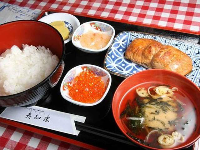 画像: 「焼漬定食」。鮭を醤油やみりんなどに漬け込んでから焼いた料理がメイン。いくらも載っていたりと、嬉しい小鉢も付いています。
