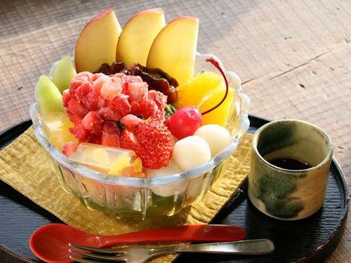 画像: 「あんみつ姫」。彩りも華やかです。お茶餡と自家製のフルーツ寒天、抹茶ゼリーが良く合います。