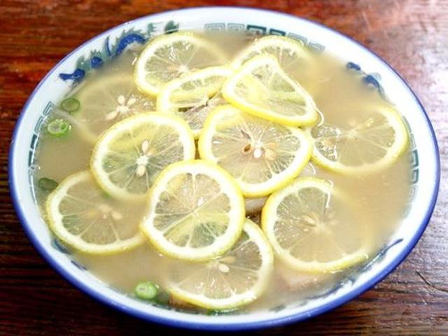 画像: >オーダーの半分くらいがレモンラーメンの日もあるとか。大量のレモンの輪切りで覆われて、麺すら見えません!