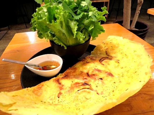 画像: 「海老と豚肉のバインセオ」は、ベトナムのお好み焼き。野菜は1回までおかわり無料。2回目以降は都度+100円。