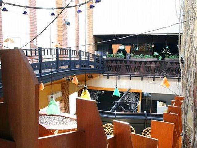 画像: 天井が高いというよりも、3階まで吹き抜け的なゴージャスな店内。