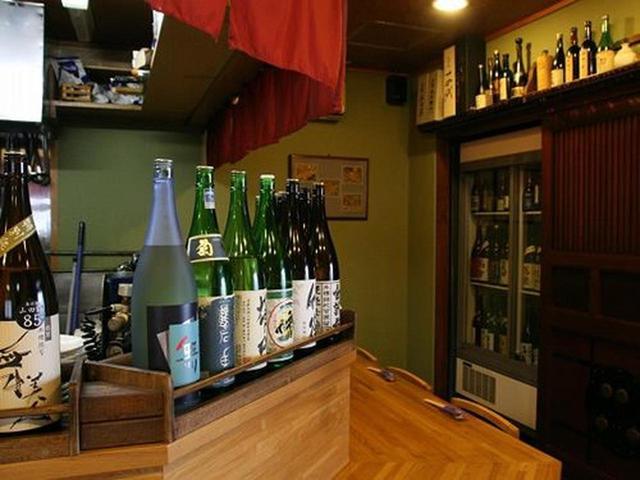 画像: カウンター主体の店内に入れば、大きな冷蔵庫に、珍しき日本酒が、ずらり。ご主人の山形智さんは、もともとホテルの出身。
