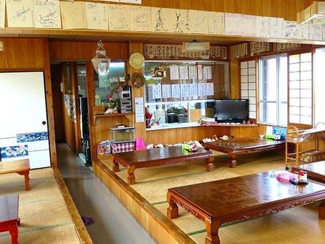 画像: 典型的な沖縄の食堂といった店内です。ビーチも近し。