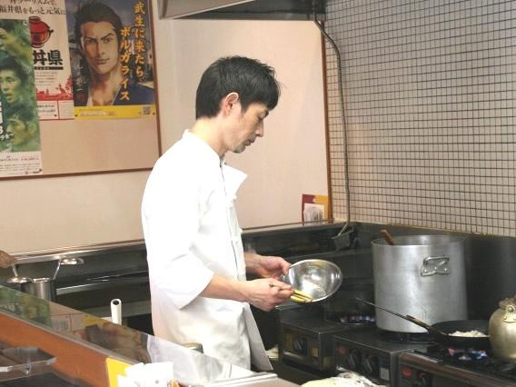 画像: 2代目の佐藤渉さん。それにしても綺麗な厨房です。毎日の丁寧な後片付けの賜物。目の前で調理してくださるライブ感も嬉しいです。
