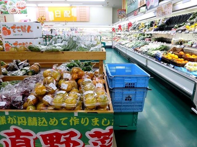 画像: 農協系の大きなスーパーで、品揃えも豊富です。産直野菜のコーナーに行けば、クガニー、島とうがらしなどの地元野菜や果物が。