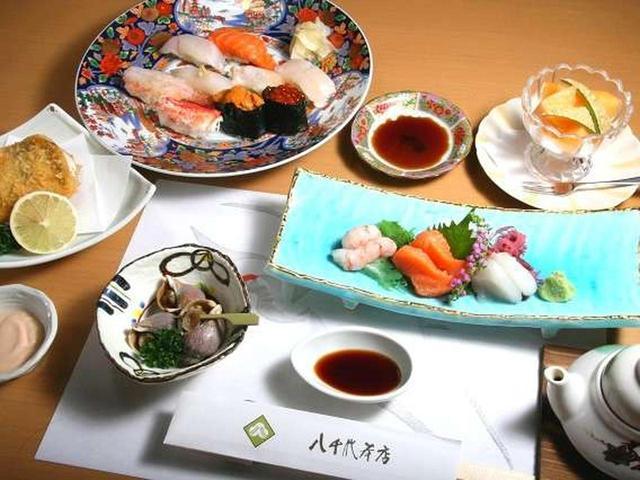 画像: 今回いただいたのは「丹頂膳」というコース料理。通常はもちろん一品ずつ配膳されますが、集合写真を。