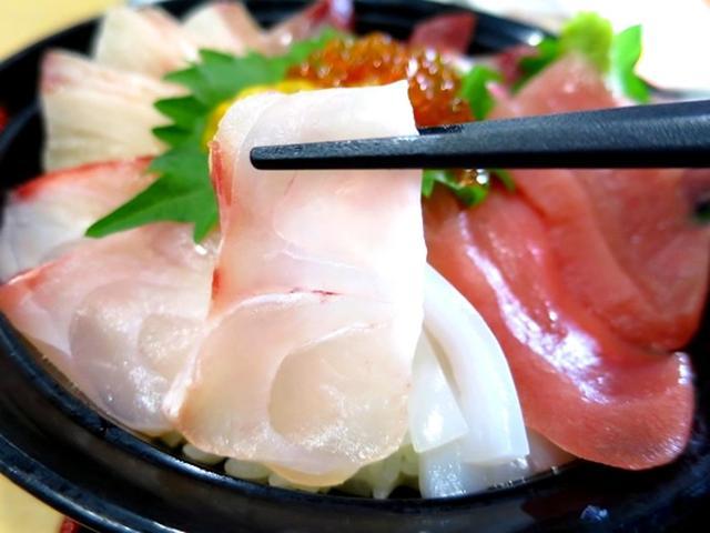 画像: 今日はマイカ(鷹巣)、サワラ(河野)、マダイ(糠)、ハマチ(鷹巣)が福井で採れた鮮魚。キハダマグロはインドネシア沖から届いたもの。