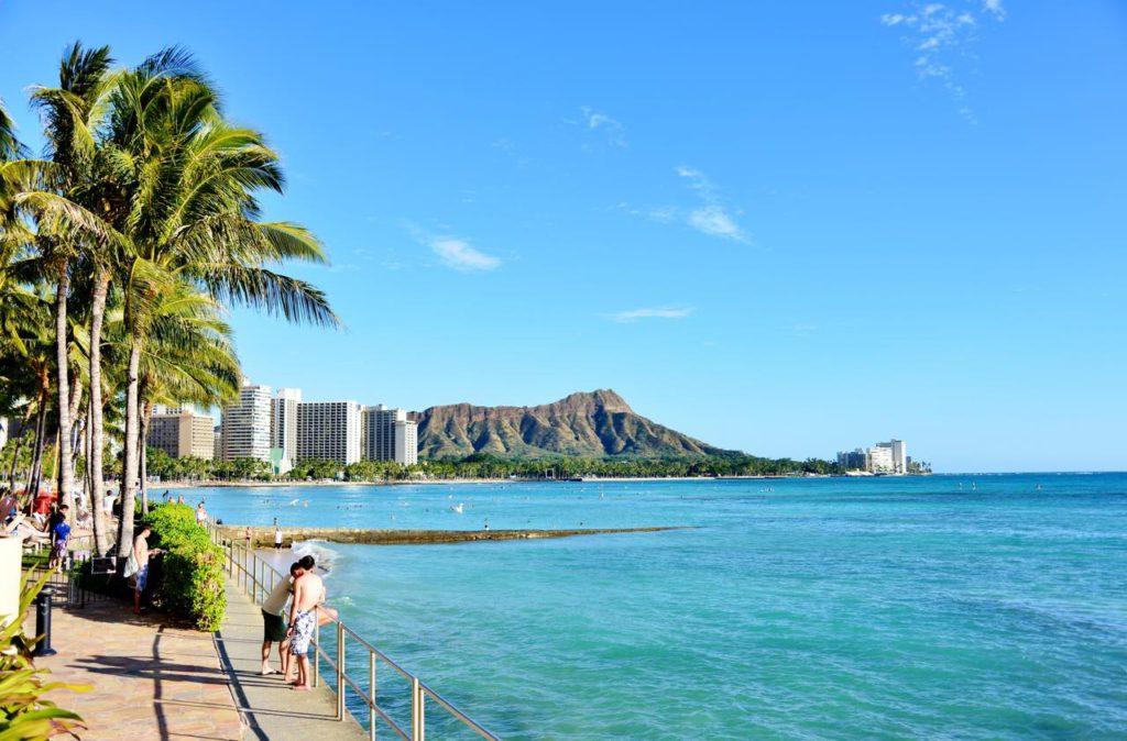 """画像1: 同じ美しい景色を見る体験を重ねる時間 """"近所のビーチを散歩"""""""