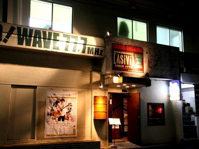 画像: 日が落ちて暗くなるにつれ、名瀬の屋仁川通りなどにネオンが輝き、盛り上がりを見せます。