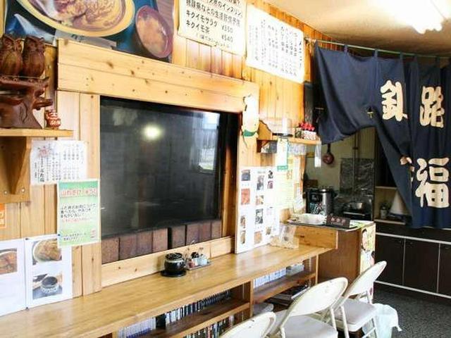 画像: 店内はカウンターとお座敷。隣にはテーブル席も。ひっきりなしにお客さまが訪れるため、約50席もあるのに行列も珍しくない人気店です。