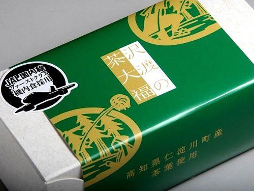 画像: 「沢渡の茶大福」。JAL国内線ファーストクラス機内食採用。ありそうでなかった、甘さ控えめの茶葉のスイーツです。