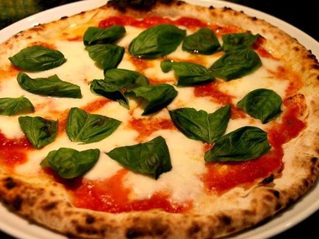 画像: さらに驚いたのはピッツァが登場したこと。石釜で焼かれた「マルゲリータ」は、もちもちで美味!