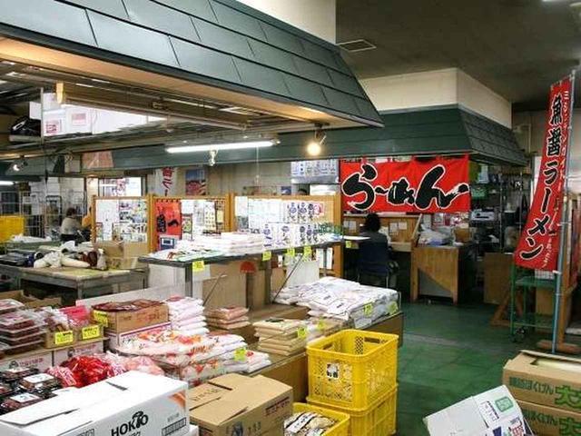 画像: 市場に入ると、野菜、海産物など様々な食品が売られています。その奥に、ちょこっと見えるのが「ら~めん工房 魚一(うおっち)」。