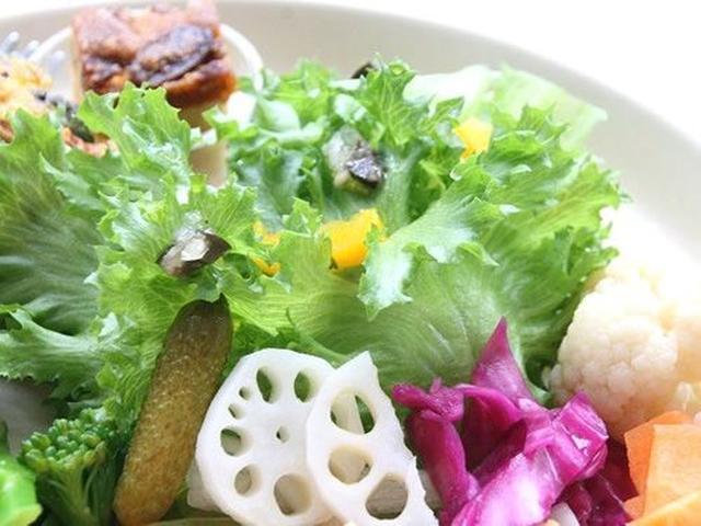 画像: サラダは徳島県産の野菜がほとんど。地産地消で15種類以上。あと、ひとくちデザートもついているのも嬉しいですね!