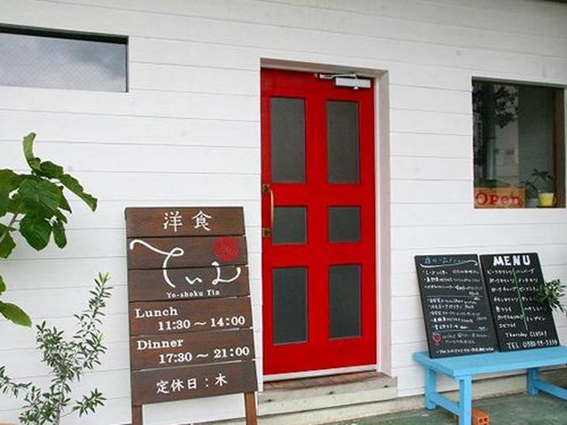 画像: 場所は平良西里の北給油所交差点付近。白壁に赤い扉が、可愛らしい&目立ちます。
