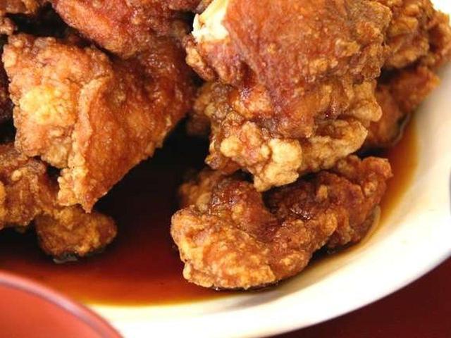 画像: 鶏肉には塩胡椒、そして酒や醤油、でんぷん、卵などを合わせた衣をつけて揚げているので、香ばしさと甘酸っぱさが共存しています。