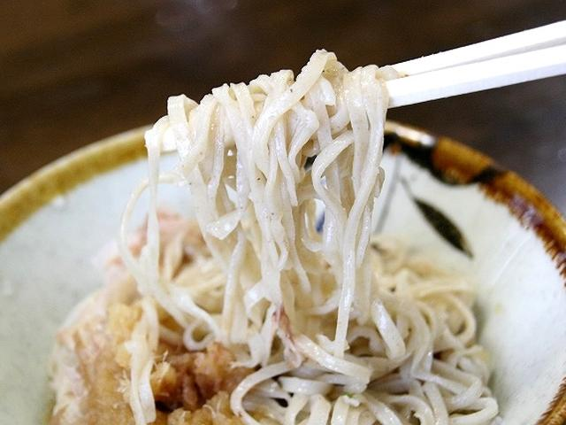 画像: 定番の細麺。平打ちで薄くて細いタイプの蕎麦は、ススっとのど越しの良い仕上がりです。福井県産蕎麦粉を使用した手打ち。