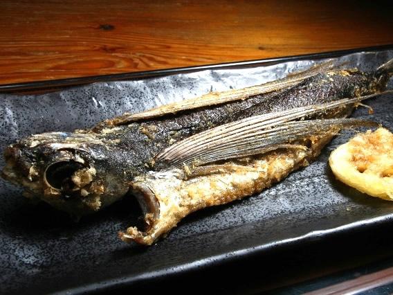 画像: 「飛魚の姿揚げ」。中サイズの飛魚の一夜干しを二度揚げしています。サクサクの食感と、ふっくらした身の美味しさが格別です!