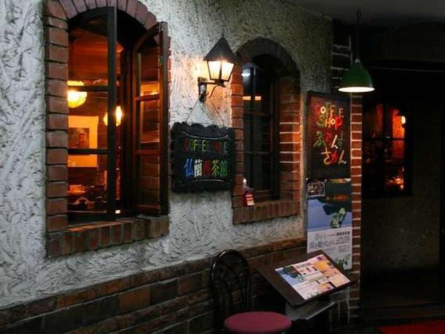 画像: 道東一の繁華街である釧路の末広町に、約45年前から営業している喫茶店があります。それが、洒落た外観の「仏蘭西茶館」。