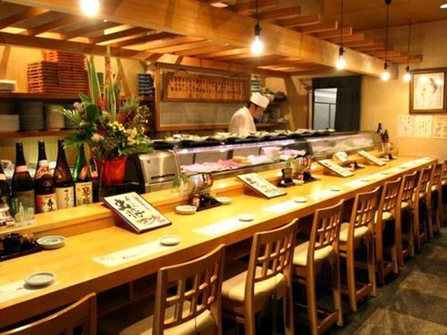 画像: 1Fはカウンターと小上がりで、ネタケースもあり、まさにお寿司屋さん。板野郡藍住町や鳴門市にある「魚大将」の3店舗目。