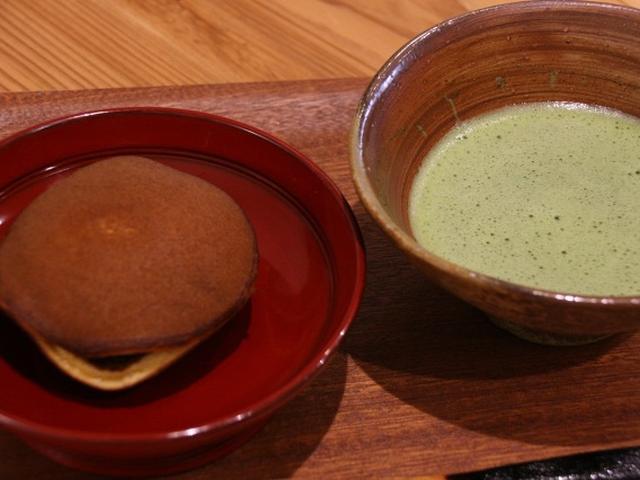 """画像: 餡には、北海道は美瑛町の小豆「しゅまり」を使用しています。それを""""つぶあん""""タイプで仕上げており、上質な旨みが特徴です。"""