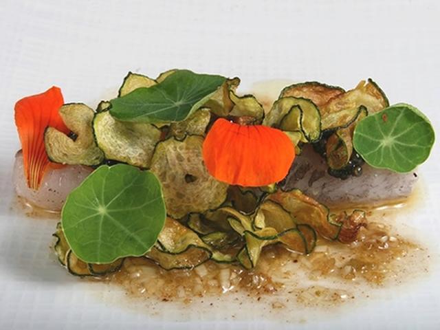 画像: 「飛魚 ズッキーニ ラッキョウ 金蓮花」。キャビアやズッキーニを揚げたチップ、金蓮花も添えられて豪華な雰囲気に。