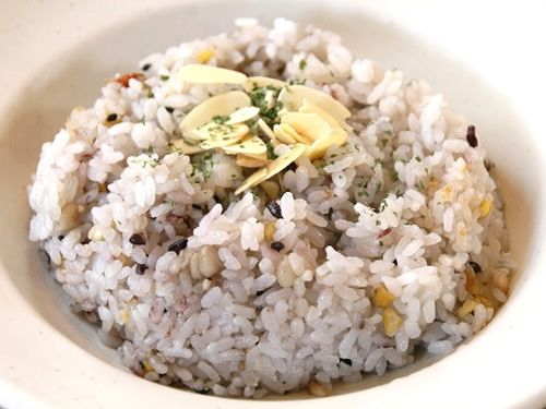 画像: ライスは、バターライスと十穀米から選ぶことができます。こちらは健康的な十穀米です。
