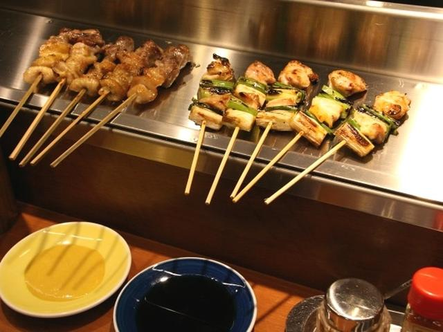 画像: さまざまなやきとりなどがありますが、5本単位なのも特徴のひとつ。基本的に塩焼の串は洋がらし、タレ焼の串はタレで味わいます。