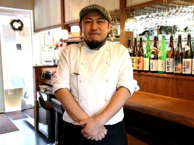画像: オーナーシェフの小池弘章さんは神戸の出身。イタリア料理店などさまざまな料理を経験し、10数年前に奄美でお店を開きました。