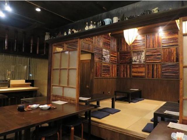 画像: 店内も、期待に違わず、斬新です。懐かしさと洗練の共存したような空間。古民家の竹やガラス戸を活かした内装。