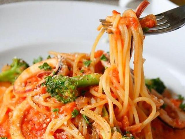 画像: こちらは「スパゲティ ランチ」。パスタは数種類から選べます。写真は「イカと旬野菜のトマトクリームスパゲッティ」。