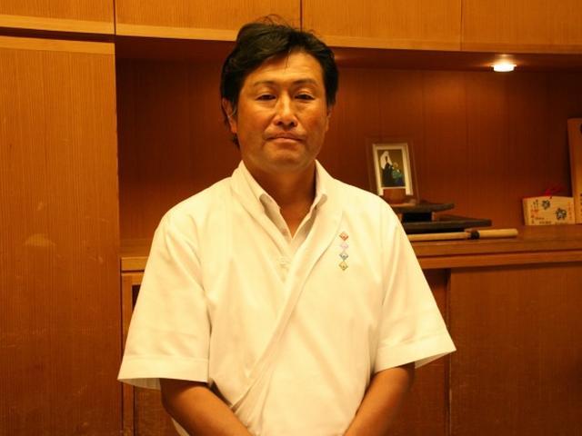 画像: 4代目(料理長としては8代目)の鈴木佐智生さん。銀座・関西割烹「新太炉」や横浜関内・京懐石「三献亭」などで研鑽を積んだ方。