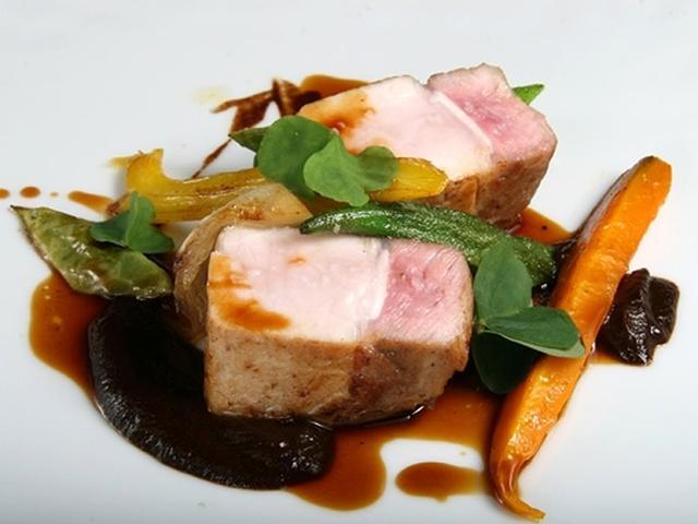 画像: 「ふくどめ牧場サドルバック種ロース肉」。豚だしソースと、ピューレ状の3週間かけて作成した自家製の黒ニンニクで、より深みが。