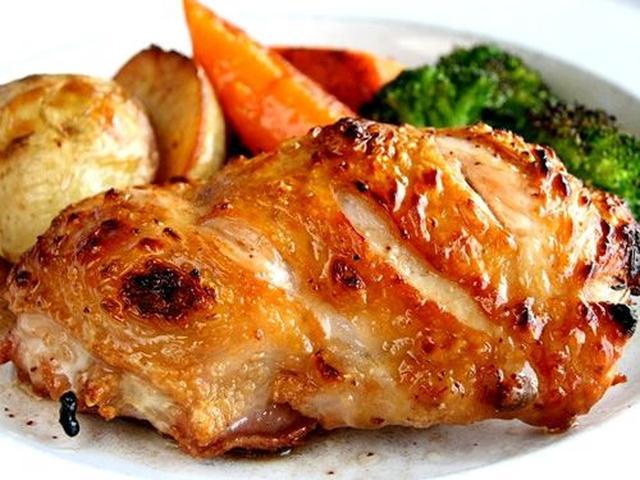 画像: ランチタイムには「若鶏のオーブン焼き バルサミコソース」も人気です。身はふっくらとし、皮はパリっと香ばしき味わい。