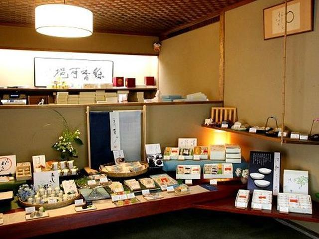 画像: 店内には様々な和菓子が。奥には裏千家の茶室棟も。