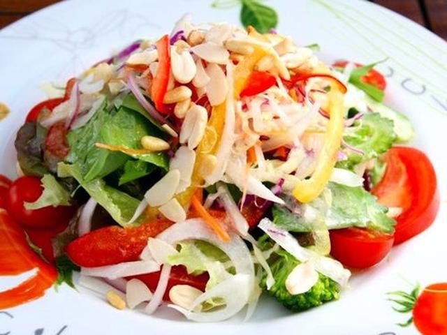 画像: 「30品目サラダ」。宮古島の食材をメインにサニーレタスやゴーヤ、トレビスなど30品目が採れる健康的なサラダは、彩りも◎!
