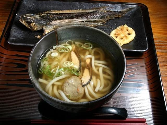 画像: 「飛唐うどん」。うどんと一緒に屋久島で採れる飛魚も味わえるセットタイプですね。
