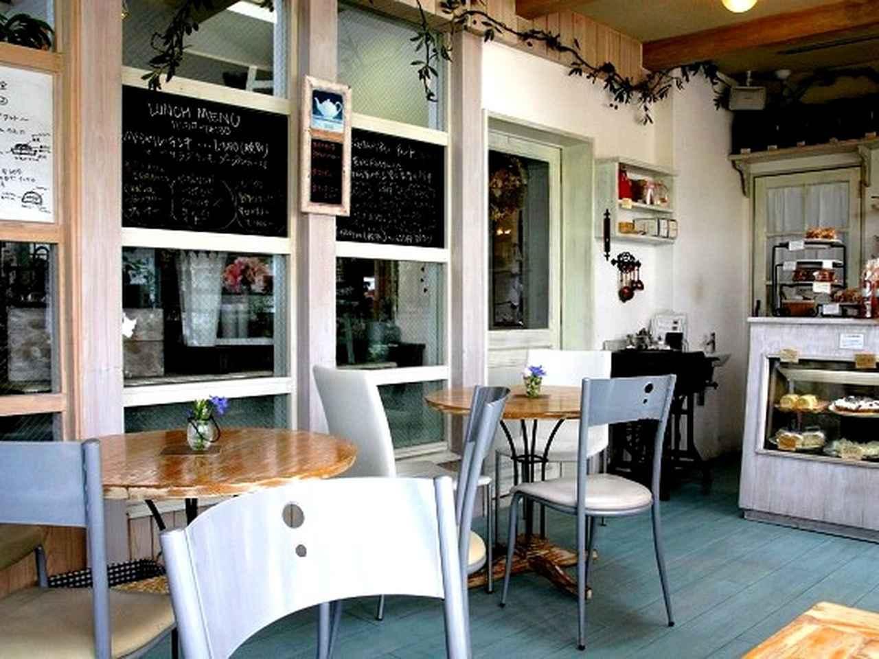 画像: 『AOBA GARDEN』というお花屋さんの一画に併設された素敵なCafeが。白を基調とした明るく優しい雰囲気です。