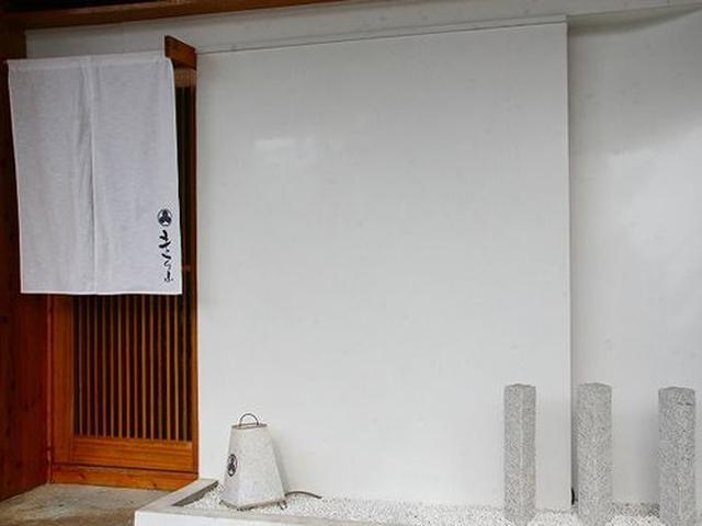 画像: それにしても、宮古島に、こんな真剣な割烹があるなんて。このまま東京や、大阪の新地に持って行っても違和感の無い雰囲気です。