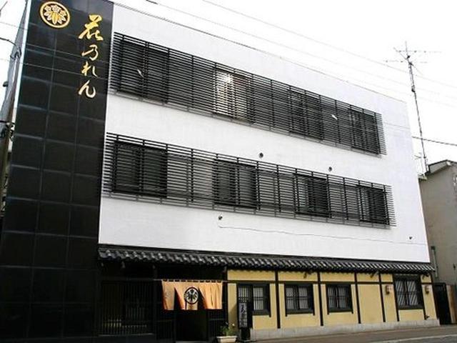 画像: 網走市内に一際目立つ3階建て。家紋と「花のれん」の文字が映える、寿司割烹店です。
