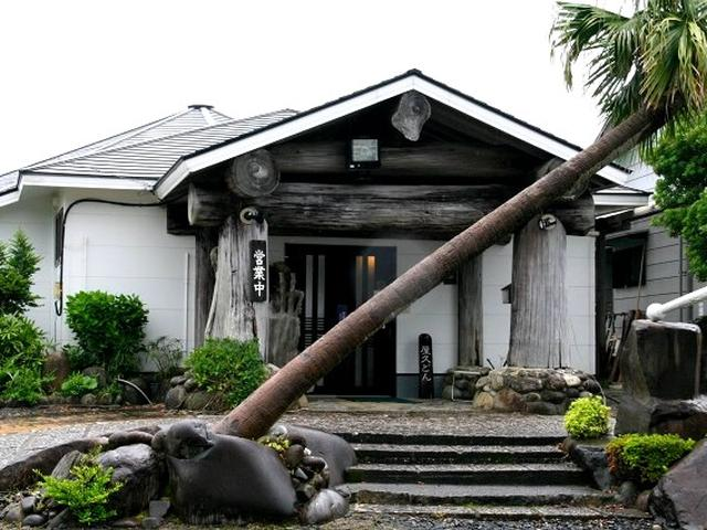 画像: 「屋久どん」は、安房にある飲食店です。敷地はとても広くて、屋久杉を祀った神社まで。