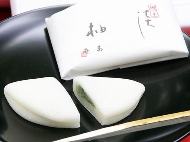 画像: 純白の羽二重餅の生地に包まれるのは、小豆の皮をひとつひとつ丁寧に取り去って仕上げる薄墨の餡。