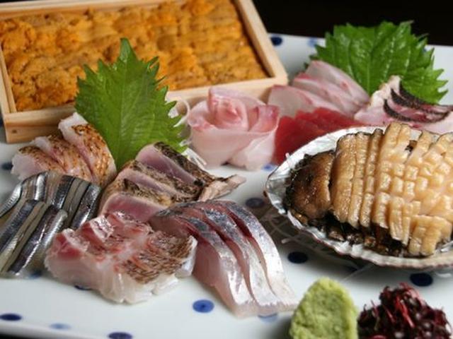 画像: 料理は、その日によって変わります。泰三さんが自ら仕入れに行くそうで、その時々に変わるわけです。こちらは、お刺身(参考作品)。