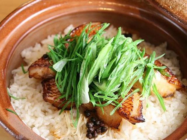 画像: あかまちと宮古九条ねぎ、新潟コシヒカリ、有馬山椒の実。ふっくら土鍋ごはんが、海と山の季節の香りと旬の味を受け止めます。